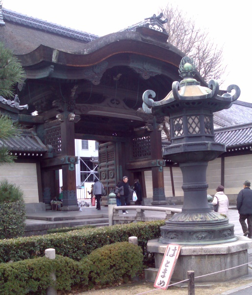 A gate at the Higashi Hongan-ji temple - everything is very big here!